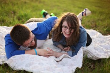 Having a picnic is one of the cheap date ideas.