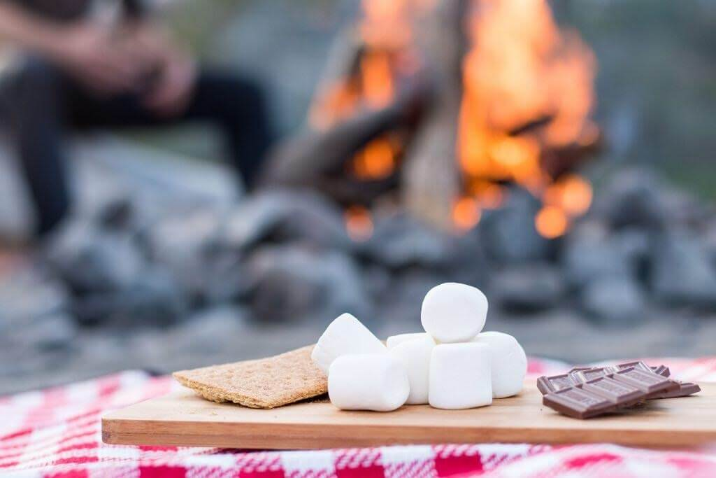 One of the good date ideas for Valentine's Day is to make smores.